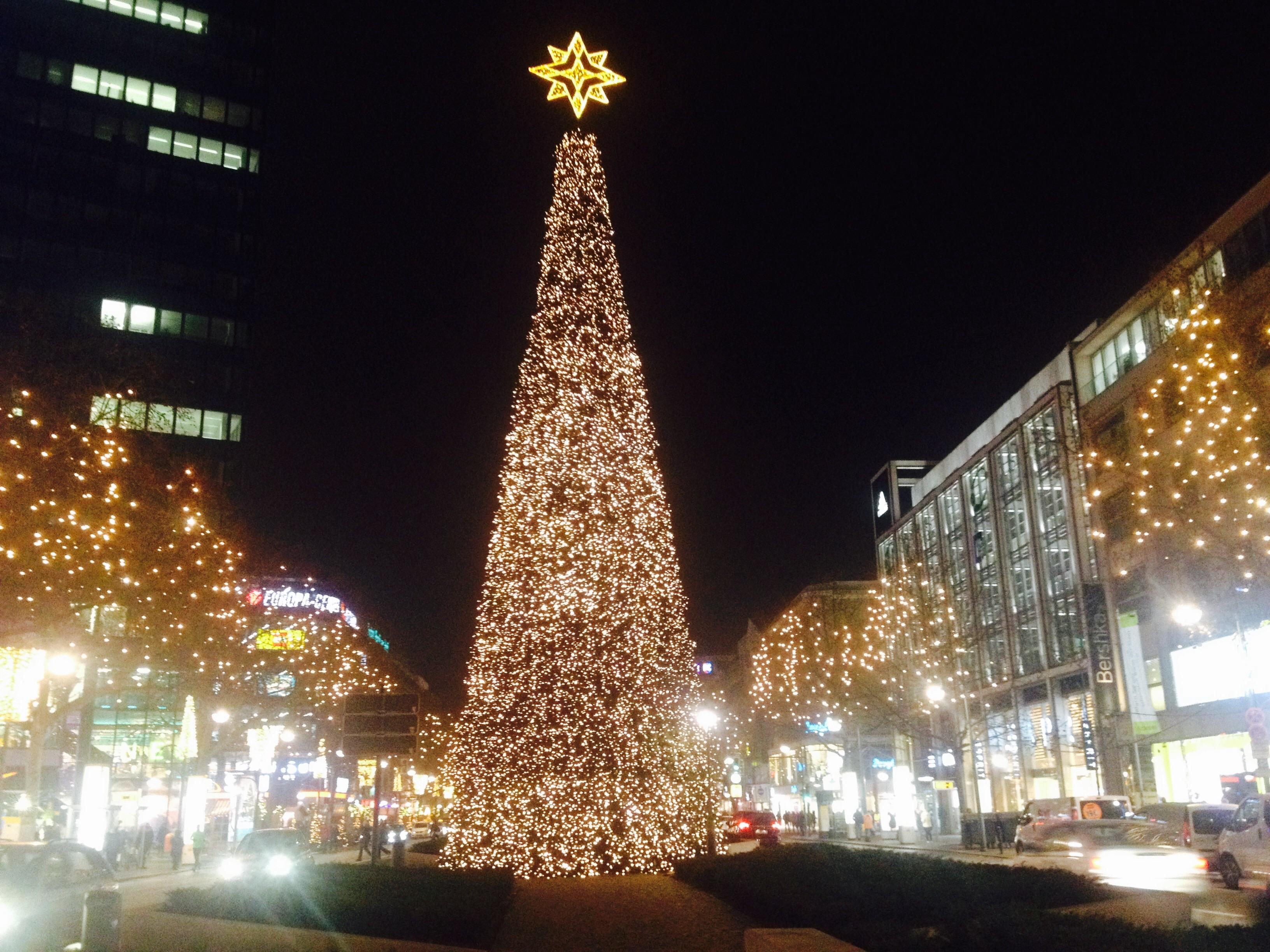 Ялинка в районі Gedächtniskirche, де розташований один з численних різдвяних ярмарків Берліна