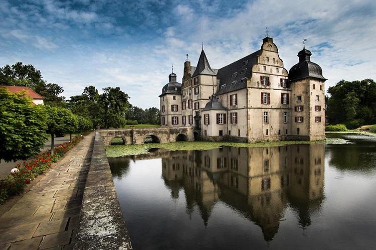 Подорож Львів-Берлін включає відвідини міста Дортмунд та замку Бодельшвінг.