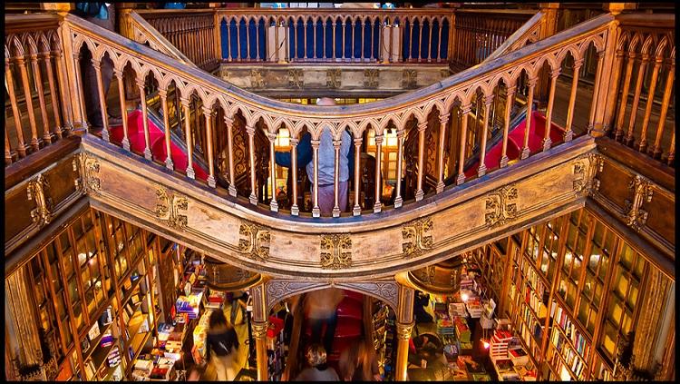 На маршруті Варшава-Порту трапляються й такі дива, як цей магазин книг!