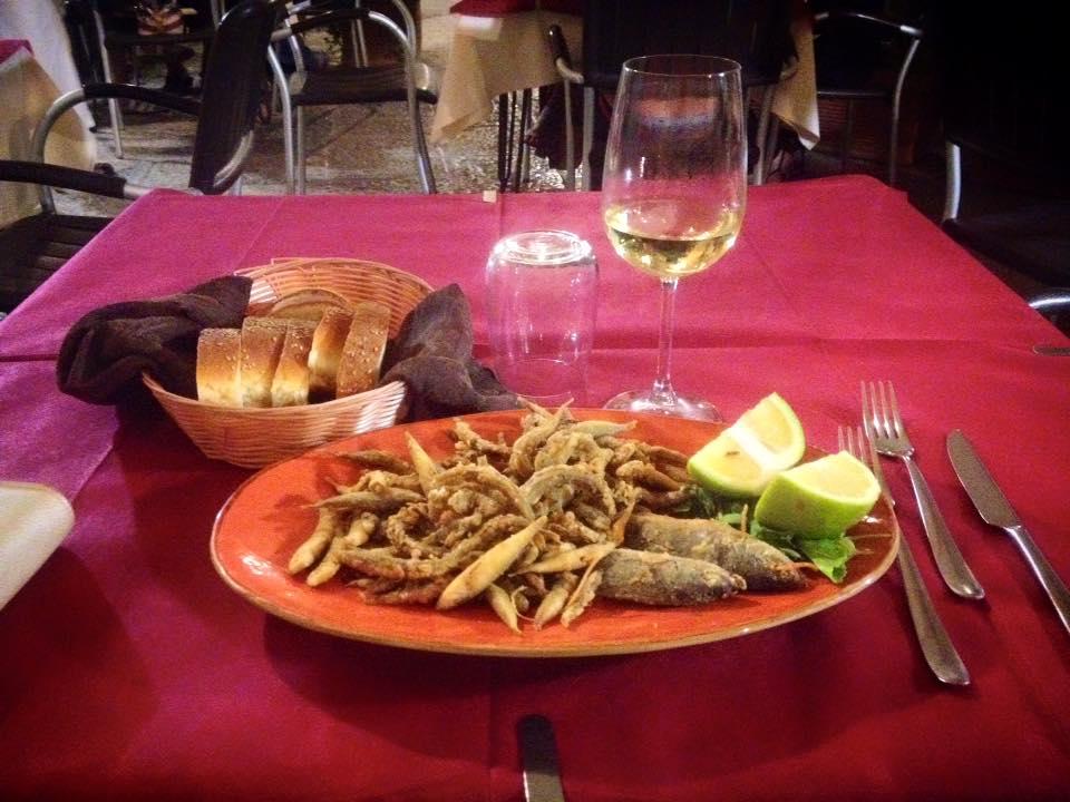 это вот ужин за 20 € с чаевыми. Конечно, можно было заказать пиццу или лазанью, но хотелось чего-то особенного, тем более рядом порт. Все вкусно, сытно и приятно. Свежий вино (4 , 90 € за 200 мл), морская рыба, хлеб, итальянцы. Но теперь точно придерживаюсь мнения, что готовить в таких местах лучше дома. в первую очередь потому, что Трапани, как и вся Сицилия - это туристический город, а потому потратиться здесь очень просто. Гораздо приятнее изучить местный быт и приготовить себе и друзьям дома свежую рыбу, отыскать бутылку сицилийского сладкого вина за те же 5 € и наслаждаться отдыхом. Тем, кто не любит готовить, скажу следующее: вы серьезно? С этими продуктами приготовления ужина одно удовольствие