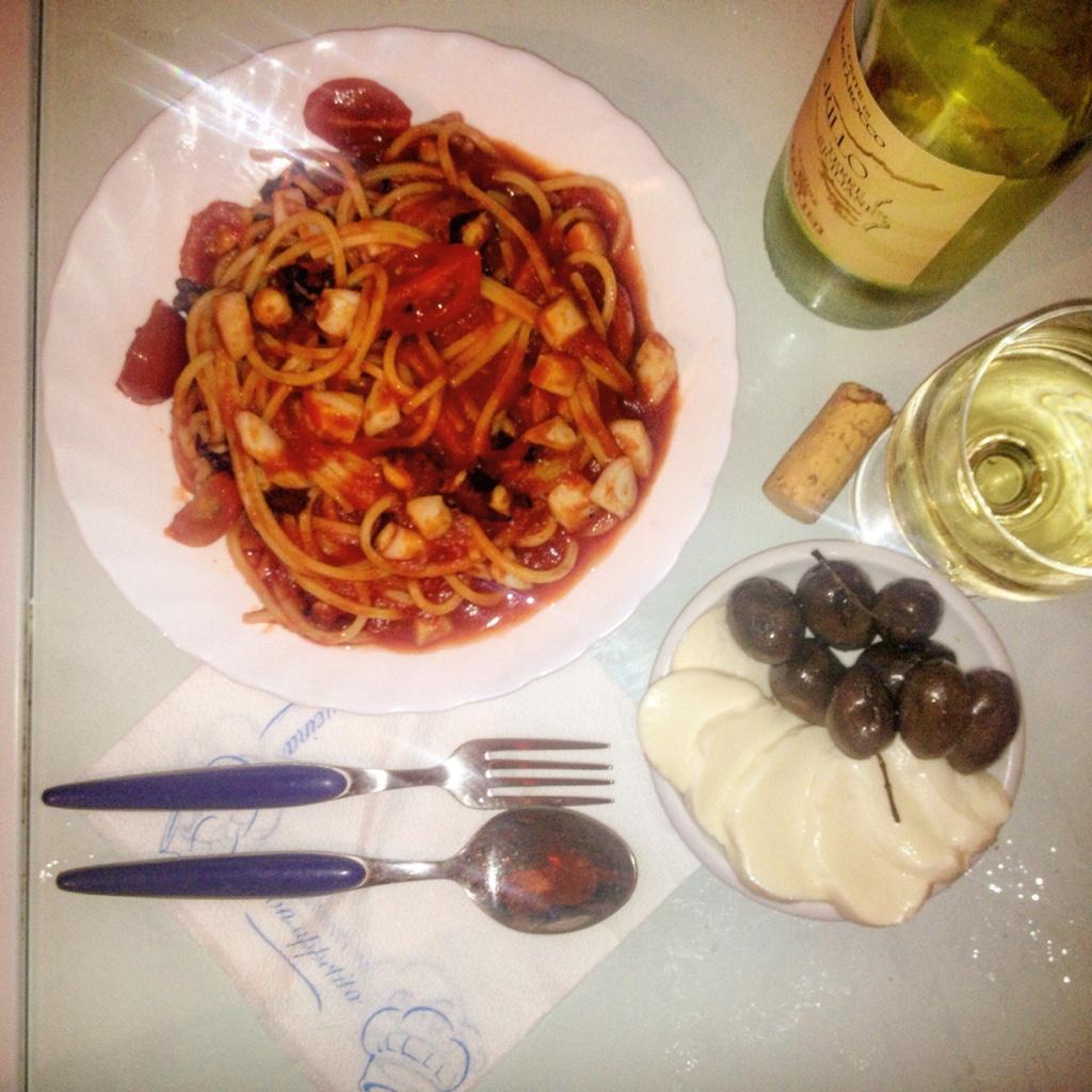 Домашняя паста и моцарелла с оливками